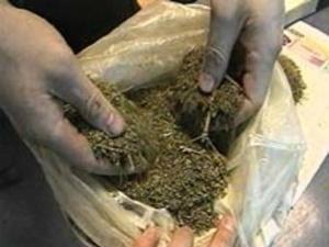 Сотрудники милиции передали незаконно задержанному свёрток с наркотическим веществом