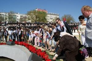 Ростовские единороссы возложили цветы к Мемориалу Воинов-освободителей города Ростова-на-Дону